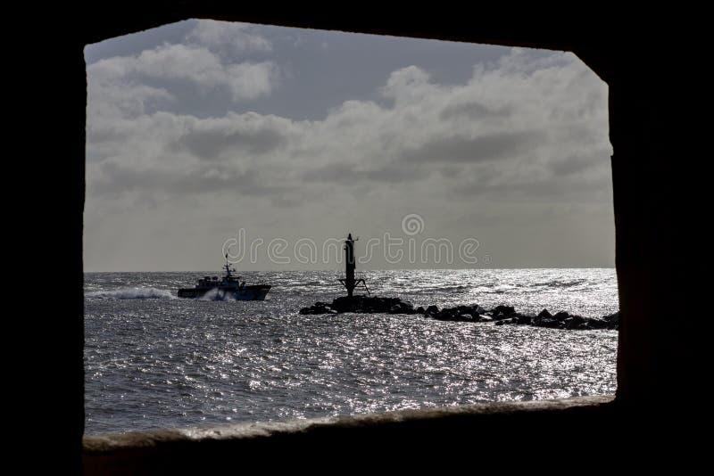 Boot passig de pier bij Ramsgate-haveningang die door een venster wordt ontworpen stock afbeeldingen
