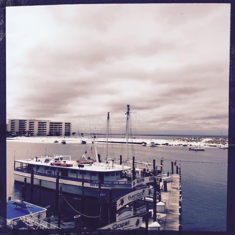 Boot am Pier, Destin Florida lizenzfreie stockfotografie