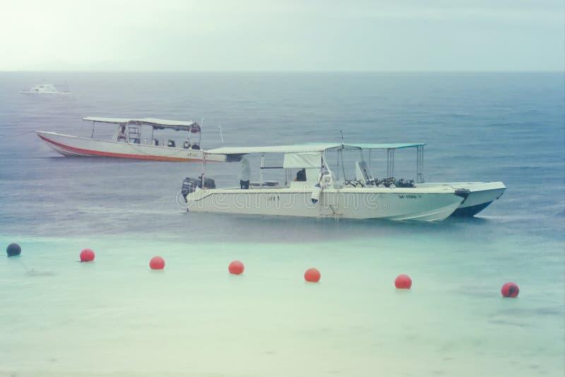 Boot am regnerischen Tag in Sipadan-Insel, Malaysia lizenzfreie stockfotografie