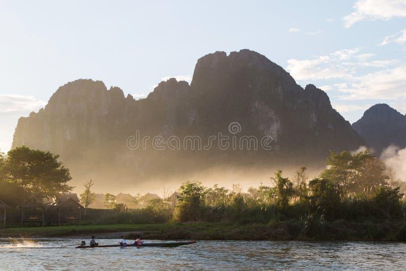 Boot in Rivier met Berg op achtergrond royalty-vrije stock afbeeldingen