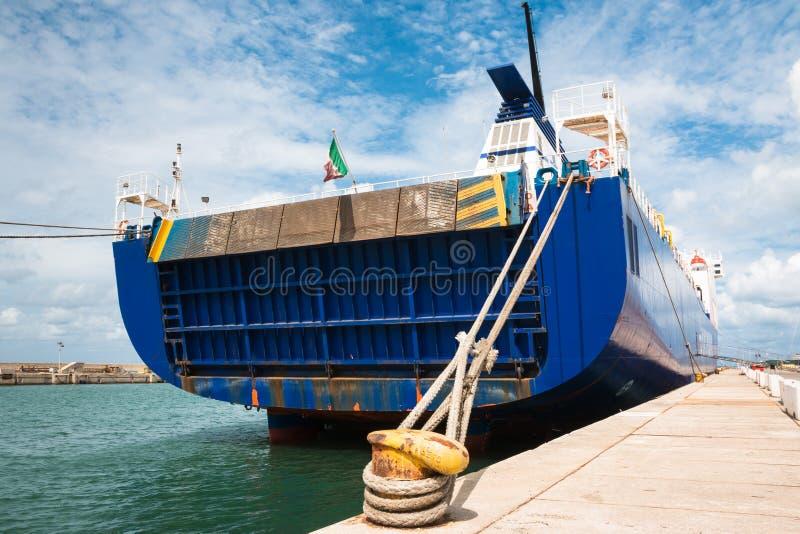 Boot` s Achtersteven en Kabel aan Gele Geroeste Meerpaal wordt gebonden die stock foto's
