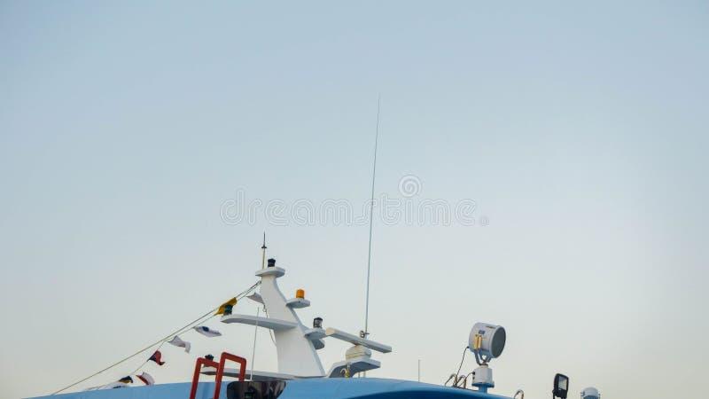 Boot of schip satellietradarradioverbinding bovenop de boot royalty-vrije stock fotografie