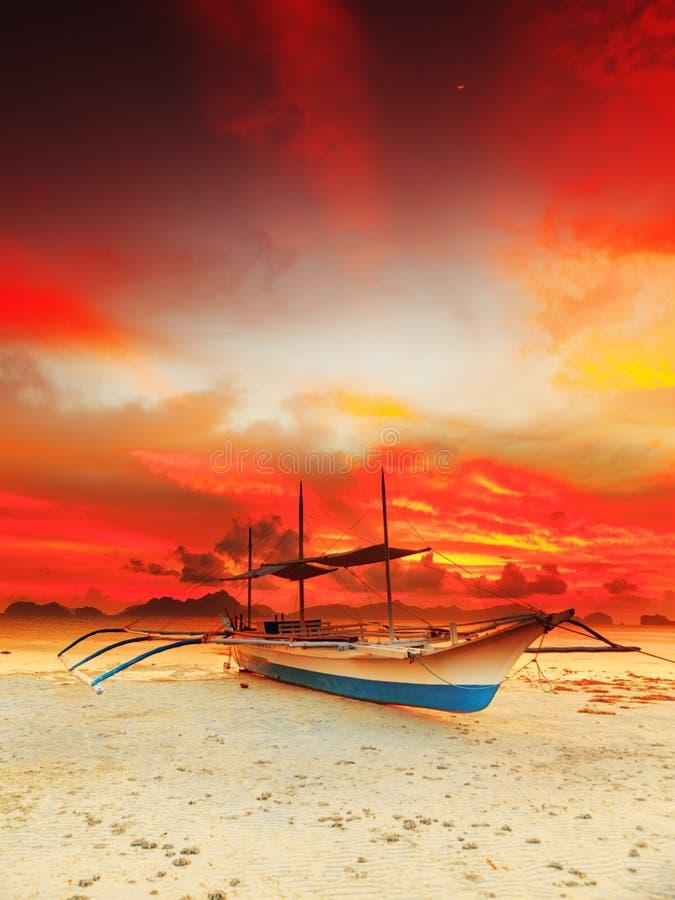Boot am Sonnenuntergang lizenzfreies stockbild