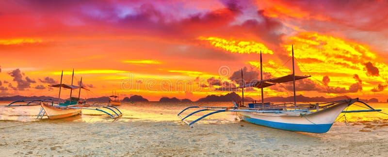 Boot am Sonnenuntergang stockbild