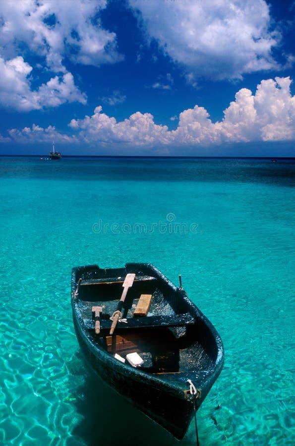 Boot tegen hemel blauw water royalty-vrije stock fotografie