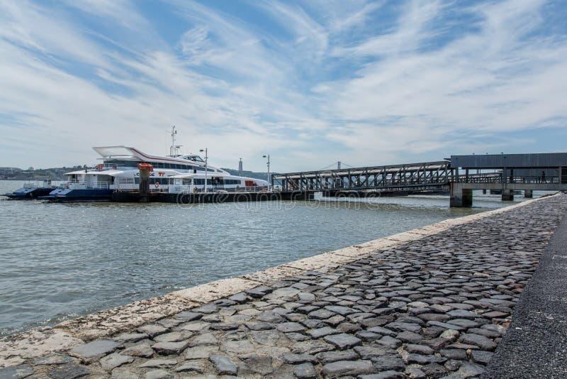 Lissabon Fluss boot in tejo fluss in lissabon stockbild bild blau boot 53678925
