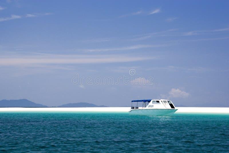 Boot am tropischen Insel-Paradies stockfoto
