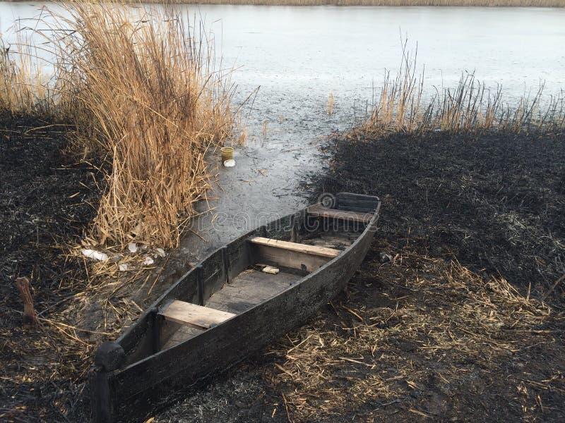 Boot und Feuer stockfoto
