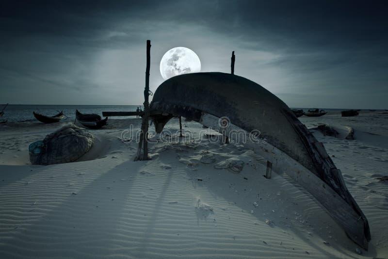 Boot und Mond lizenzfreies stockfoto