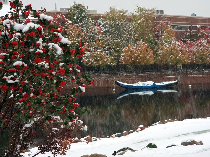 Boot und Schnee, die in Minnesota fallen lizenzfreie stockfotos