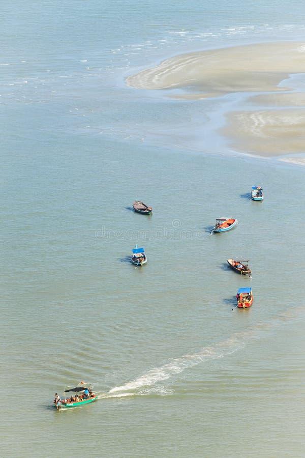 Boot und Strand in Sam Roi Yot National Park lizenzfreies stockfoto