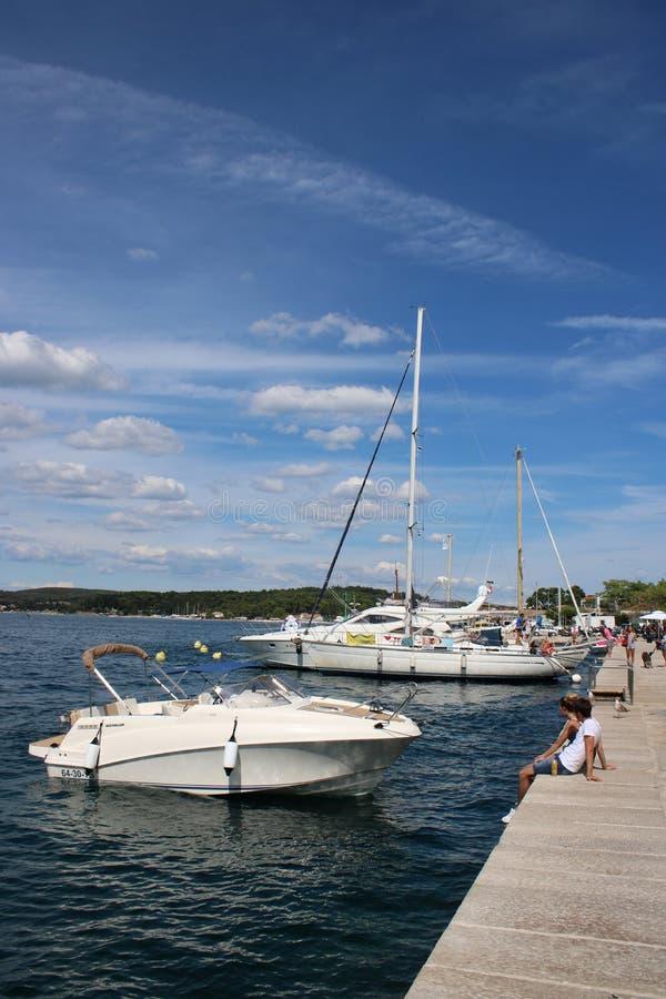 Boot und Yacht am Kai in Rovinj, Kroatien lizenzfreie stockfotos