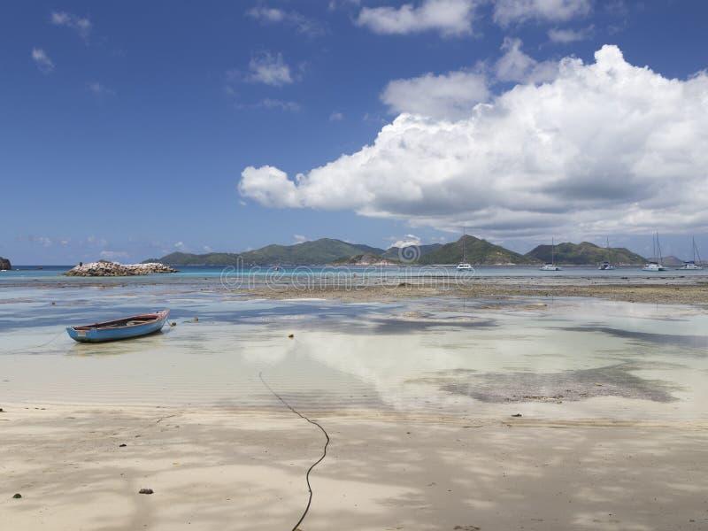 Boot und Yacht nahe der Insel von La Digue lizenzfreies stockbild