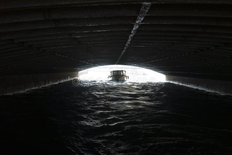 Boot unter Brücke stockfotografie