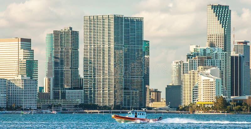 Boot van de Kustwacht voor de horizon van Miami stock fotografie