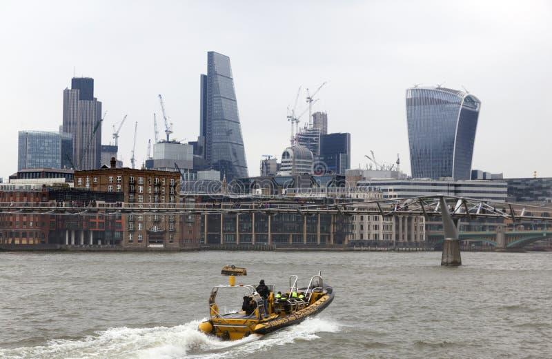 Boot van de ribervaring van Theems op rivier Theems in Londen stock afbeelding