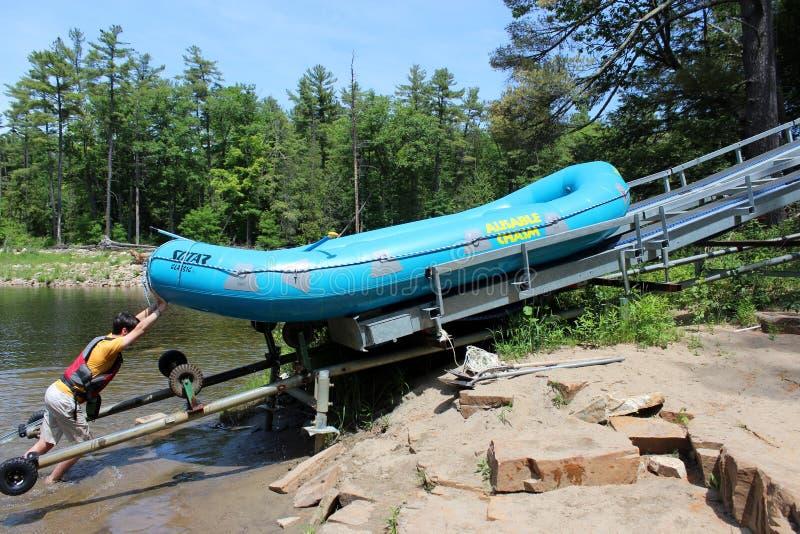 Boot van het jonge mensen de duwende vlot op pully systeem na reis, Ausable-Kloof, New York, 2018 stock foto