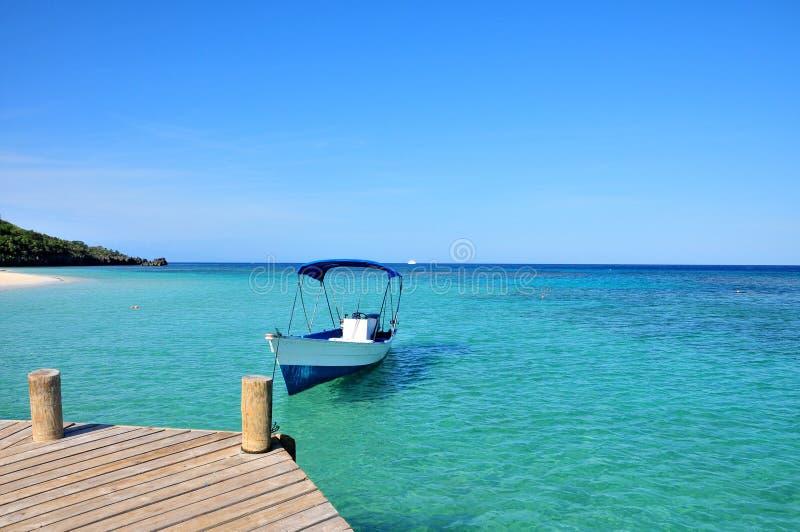 Boot verankerte im karibischen Meer lizenzfreie stockfotos