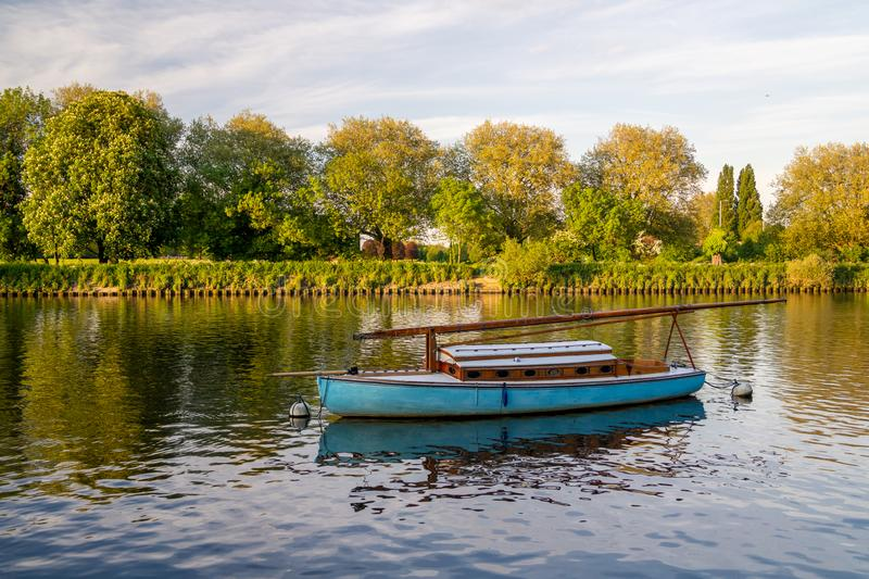Boot verankerte lang die Themse in Richmond-nach-Themse, England stockfotografie