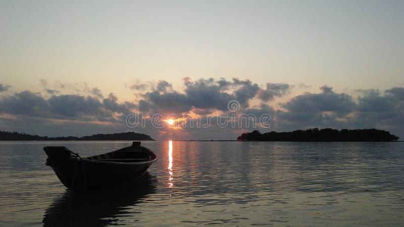 Boot vor Ko Na Thian und Ko Mat Lang Islands während des Sonnenaufgangs auf Koh Samui Island, Thailand stockfotos