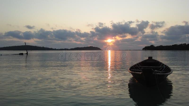 Boot vor Ko Na Thian und Ko Mat Lang Islands während des Sonnenaufgangs auf Koh Samui Island, Thailand stockbilder