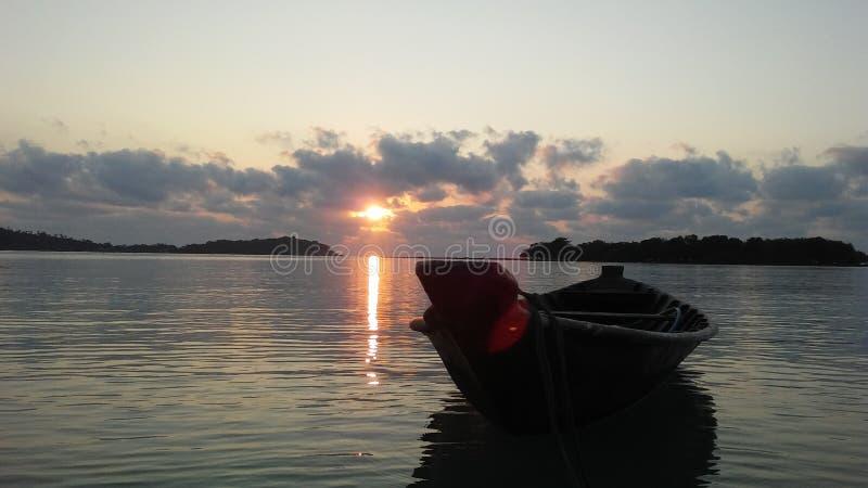 Boot vor Ko Na Thian und Ko Mat Lang Islands während des Sonnenaufgangs auf Koh Samui Island, Thailand stockfoto