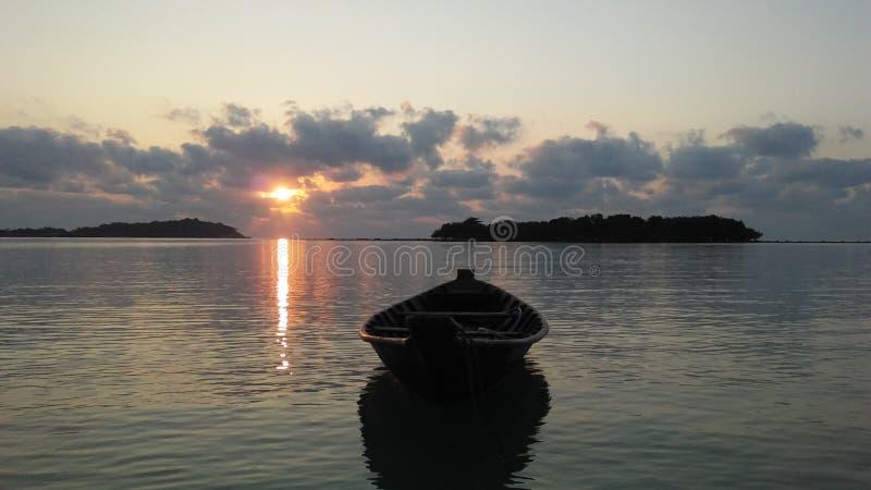 Boot vor Ko Na Thian und Ko Mat Lang Islands während des Sonnenaufgangs auf Koh Samui Island, Thailand stockbild