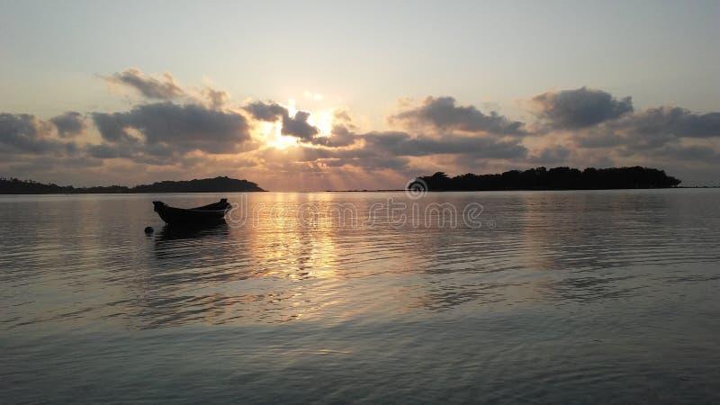 Boot vor Ko Na Thian und Ko Mat Lang Islands während des Sonnenaufgangs auf Koh Samui Island, Thailand lizenzfreies stockfoto