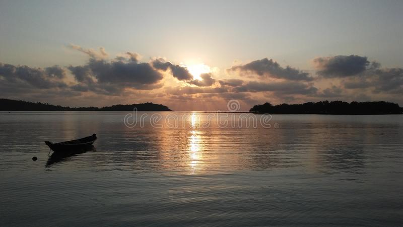 Boot vor Ko Na Thian und Ko Mat Lang Islands während des Sonnenaufgangs auf Koh Samui Island, Thailand lizenzfreie stockfotos