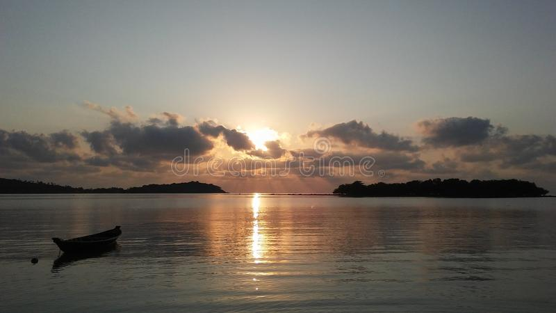 Boot vor Ko Na Thian und Ko Mat Lang Islands während des Sonnenaufgangs auf Koh Samui Island, Thailand lizenzfreie stockbilder