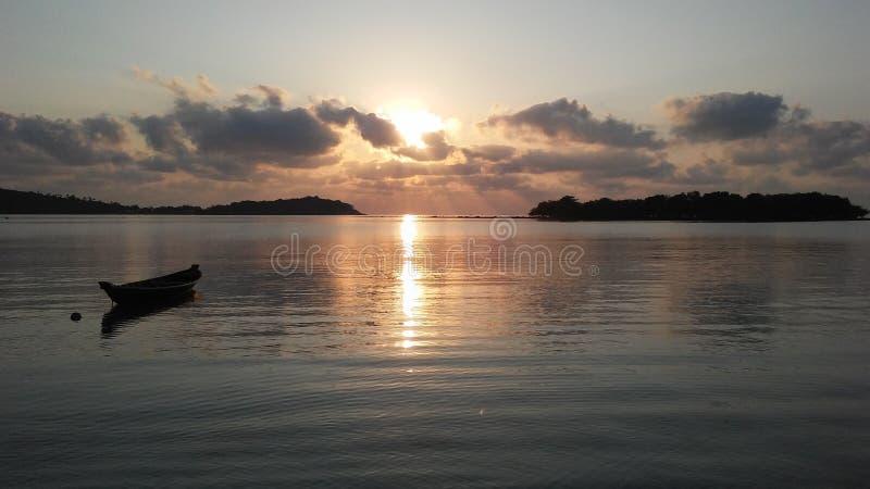 Boot vor Ko Na Thian und Ko Mat Lang Islands während des Sonnenaufgangs auf Koh Samui Island, Thailand stockfotografie