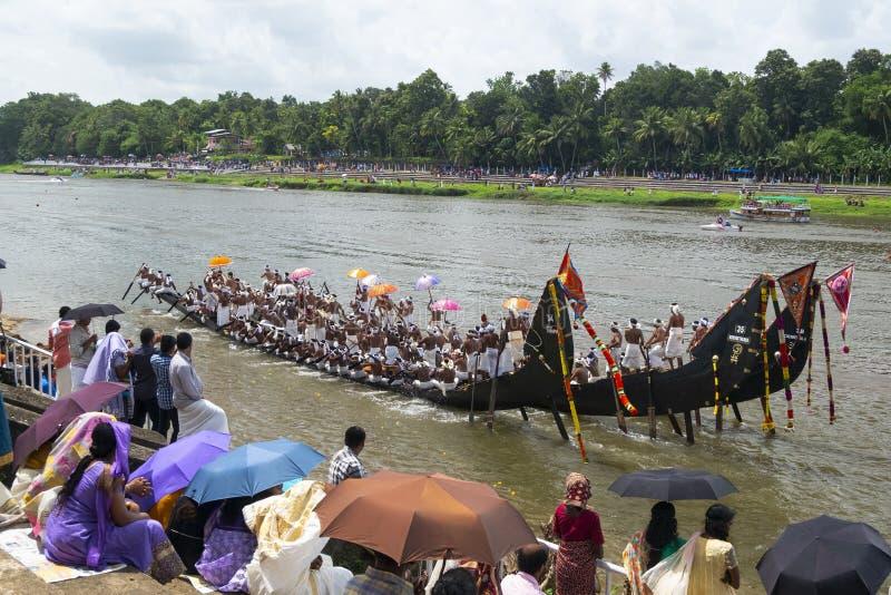 Boot warten auf Rennen in Kerala Indien lizenzfreie stockfotografie