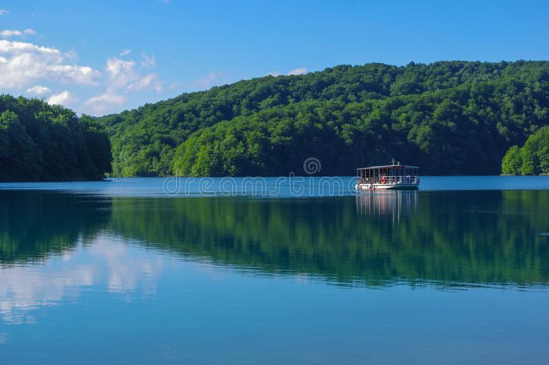 Bootcruise op een meer in plitvice nationaal park stock afbeeldingen