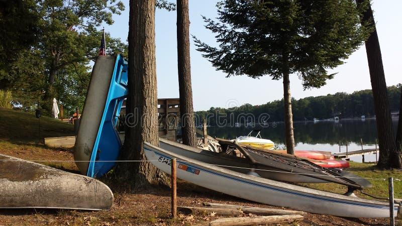 Boote angekoppelt auf dem See lizenzfreie stockbilder
