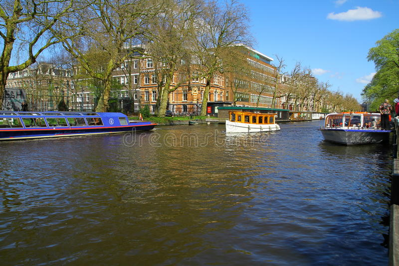 Boote auf Amsterdam-Kanal-Fluss- die Niederlande stockfoto