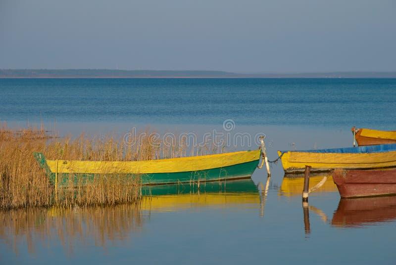 Boote auf blauem See stockfotografie