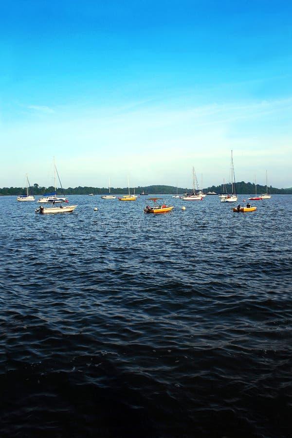 Boote auf blauem tropischem Meer lizenzfreies stockbild