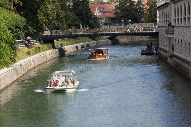 Boote auf dem Fluss lizenzfreie stockbilder