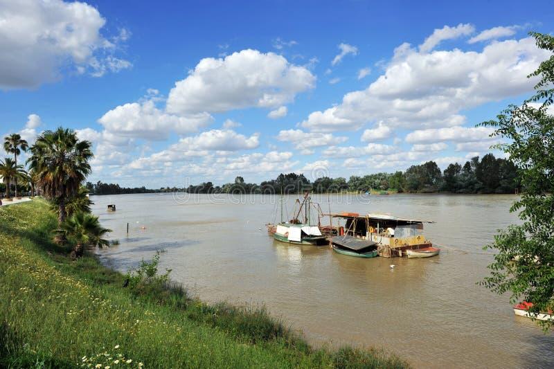 Boote auf dem Guadalquivir-Fluss, wie er durch Lederhäute del Provinz Rios, Sevilla überschreitet, Andalusien, Spanien lizenzfreie stockbilder