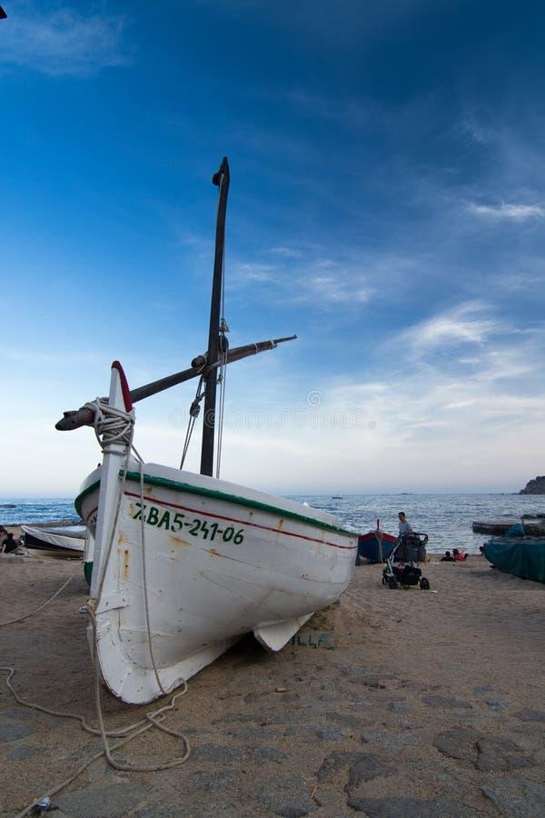 Boote auf dem Mittelmeerstrand stockfotos