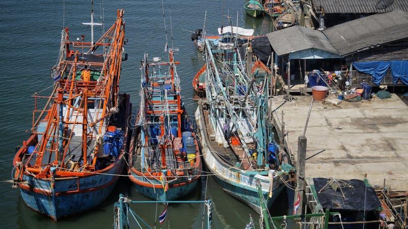 Boote auf dem Pier lizenzfreie stockfotos