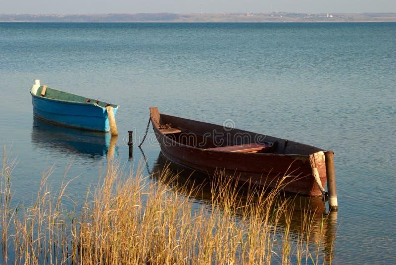 Boote auf dem See lizenzfreie stockfotos