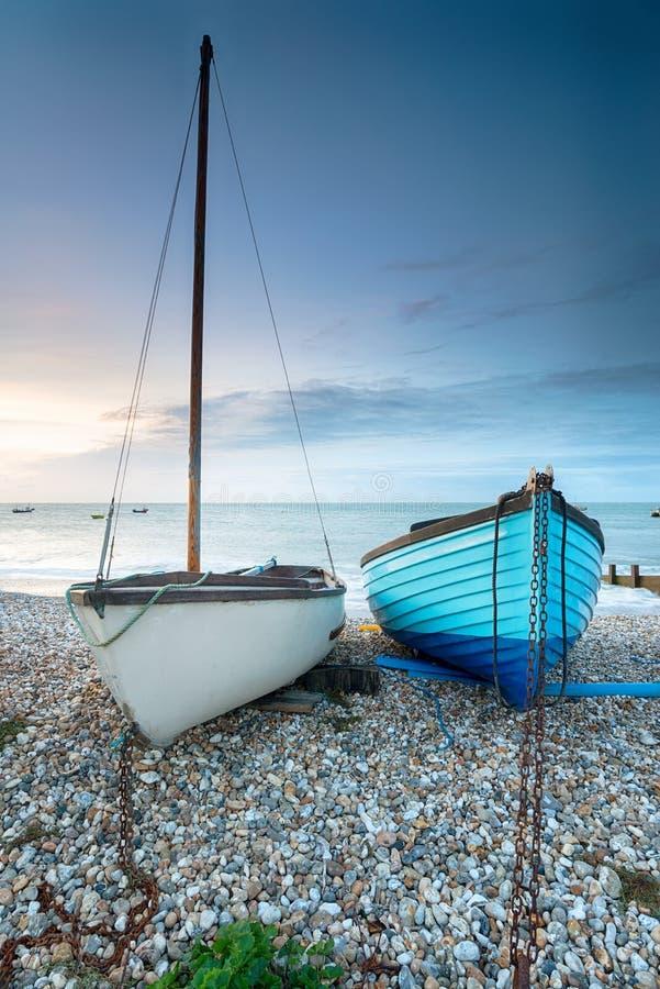 Boote auf dem Strand bei Selsey lizenzfreie stockfotos
