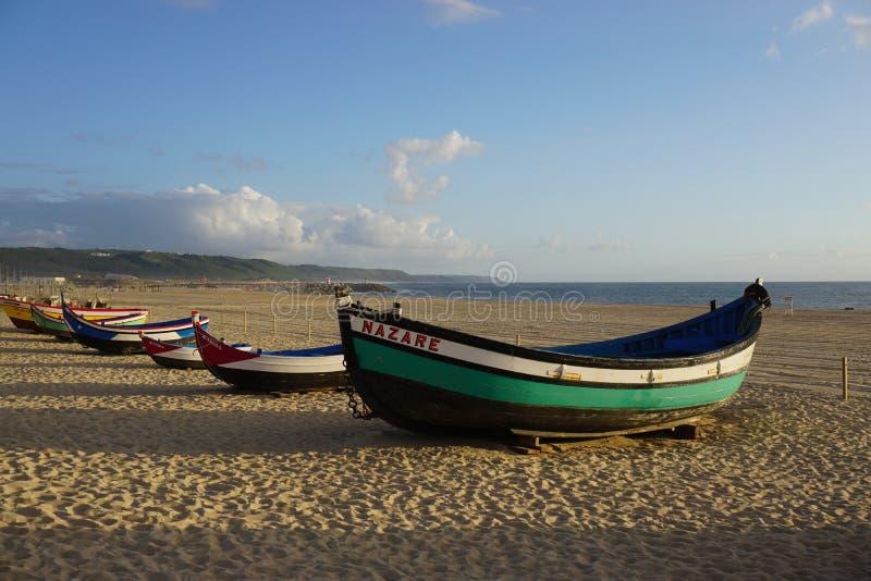 Boote auf dem Strand in Nazare, Portugal lizenzfreie stockbilder