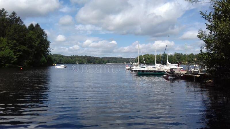 Boote auf dem Wasser lizenzfreie stockfotos