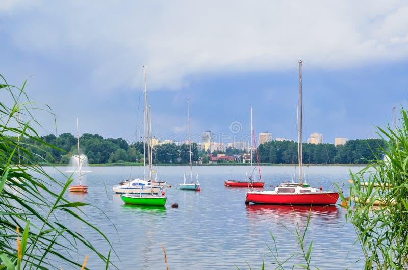 Boote auf dem Wasser lizenzfreies stockfoto