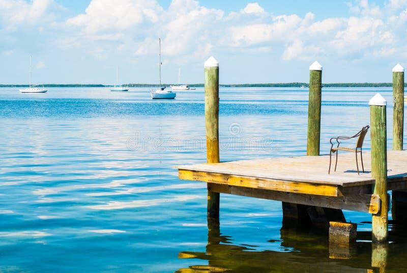 Boote auf dem Wasser in Schlüssel largo lizenzfreie stockfotos