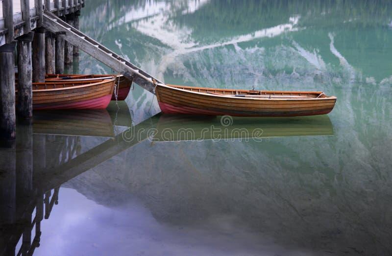 Boote auf einem See im Abendlicht stockfoto