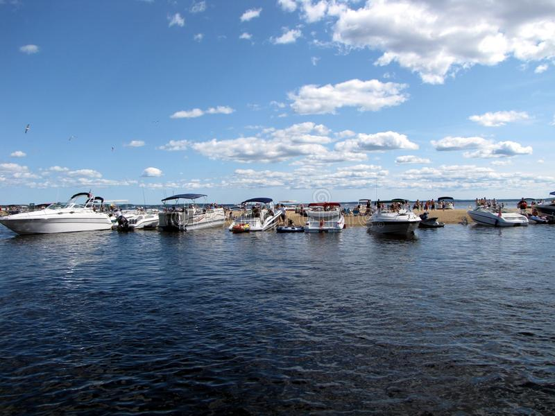 Boote auf einer Sandbank lizenzfreie stockfotos