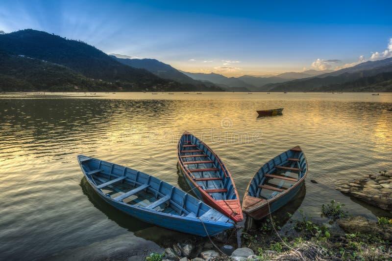 Boote auf Fewa See in Pokhara, Nepal lizenzfreie stockfotos